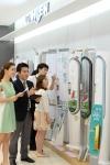 서울 마포구 동교동 소재 LG베스트샵에서 매장을 방문한 고객들이 LG전자 '휘센 손흥민' 에어컨을 구경하고 있다.