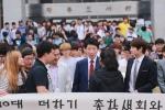 군산대학교 나의균 총장이 2000여 학생에게 음료수와 밥버거 등 간식을 나눠주며 격려해 눈길을 끌었다.