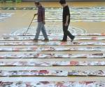 17일 오전 서울 광진구 능동로 건국대사범대부속고등학교 체육관에서 건국대 예술디자인대학 교수들과 심사위원들이 2014 건국대 미술·디자인 실기대회에 참가한 고교생들의 기초디자인 부문 작품을 심사하고 있다.