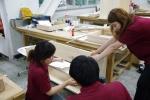 협성대학교 가구디자인학과 학생들이 맞춤가구를 제작하는 모습이다.