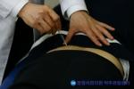 장형석한의원에서 척추관협착증에 봉침 시술을 하고 있다.