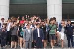 자원봉사 협약식에 참여한 여주대학교 학생들과 방송제작연예과 학과장 임윤식교수(사진 중앙 왼쪽). KOAS 이승호 회장(사진 중앙 오른쪽)