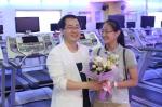 남혜진 양이 김재규 원장으로부터 축하를 받고 있다.