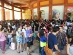 싱가포르 트릭아이미술관 앞에서 입장 순서를 기다리는 방문자들이 미술관을 겹겹이 둘러싸고 있다.