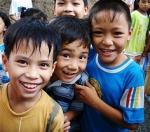 베트남 볼런투어 마을여행 중 만난 아이들이 기념촬영을 하고 있다.