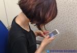 스마트폰 과사용이 목디스크를 유발할 수 있다.