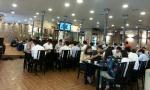 점심시간에 고객들이 많이 방문하고 있다.