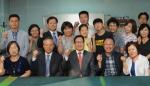 이규택 한국교직원공제회 이사장(사진 중앙)과 노재천 향토학교 교장(사진 우측 두 번째)이 학생들과 화이팅을 외치고 있다.