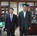 왼쪽부터 곽병선 교수, 김우현 군산지청장이 기념촬영을 하고 있다.