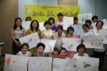 미술을 통한 집단심리상담 수업후 단체사진을 찍고 있다.
