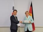 한-독일 회담사진 (왼쪽: 김영민 특허청장, 오른쪽:  Ms. Cornelia Rudloff-Schäffer 독일 특허청장)