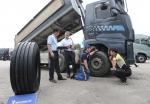 미쉐린타이어가 2014 볼보트럭 여름서비스캠프에 동참해 도미니끄 펠티에 극동아시아 영업총괄이사(왼쪽에서 두번째)가 경부고속도로 신탄진 휴게소에서 진행된 서비스 현장을 점검하고 있다. (사진: 미쉐린타이어 제공)