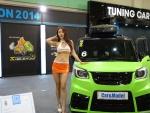 2014 쉴드런컵 튜닝 페스티벌 출품된 차량 옆에서 레이싱 모델이 포즈를 취하고 있다.