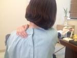 근막통증 증후군 환자가 통증 부위를 가리키고 있다.