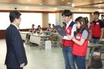제 2기 아우르미 대학생 봉사단 대표가 앞으로의 각오를 선서하고 있다.(사진 왼쪽: 김선규 사장)