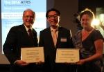 김석기 한국공항공사 사장(가운데)이 18일 프랑스 보르도에서 열린 세계항공교통학회시상식에서 공항운영효율성상을 수상했다.