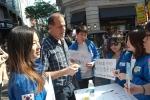 건국대 영어영문학과 송지수·오지원 학생이 한국을 방문하는 외국인 관광객 친절 서비스 캠페인 대학생 홍보단인 미소국가대표 활동을 하고 있다.