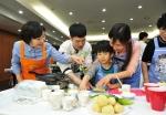 지난 4월 장애인의 날, 청각장애인으로 구성된 한국암웨이 ABO 희망비타민 자원봉사단이 삼성소리샘복지관을 이용하는 청각장애인들과 요리 나눔 활동을 진행했다.