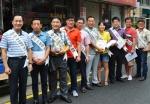 거리 홍보에 나선 관악구 소상공인회 회원들의 모습이다.