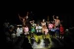 경남 진주시 소재 (사)극단현장의 소외계층문화나눔 신나는 예술여행 우수프로그램 쿵쾅쿵쾅 고물놀이터의 공연사진. 사진제공 (사)극단현장