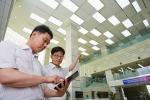 LG CNS IT전문가들이 스마트조명솔루션이 적용된 LG디스플레이 사업장의 전력 사용량을 태블릿PC로 모니터링하고 있다.