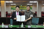 서울디지털대 정오영 총장(좌)과 육군 보병학교 학교장 이문석 장군(우)이 협약서에 서명 후 기념촬영을 하고 있다.