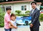 볼보트럭코리아 이창하 상무(오른쪽)가 꿈찬공동생활가정에 쌀 1,240kg을 전달했다.