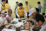 대한주택보증 임직원들이 중복을 맞이하여 부산지역 소외이웃에 삼계탕을 배식하고 있다(사진 가운데: 김선규 사장)