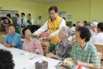 대한주택보증 아우르미 봉사단 30여명은 28일 중복을 맞아 본사 이전 지역인 부산에서 소외계층을 위한 사랑의 삼계탕 나눔 봉사활동을 펼쳤다.