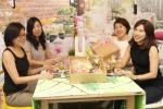 이케아 코리아의 '엄마들의 일요일' 참석자들이 패브릭 클래스에 참여하고 있다.