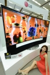 LG전자가 105형 곡면 울트라HD TV를 국내 시장에 출시한다. 모델이 제품과 함께 포즈를 취하고 있다.