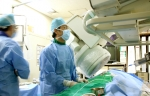 혈관조영장비를 이용해 혈관의 모양을 확인한 후 자궁근종 색전술 치료를 하고 있다.