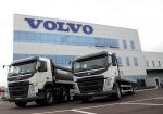 볼보트럭코리아가 경제형 모델 FM460 덤프트럭(좌) 및 FM11 6x4 카고트럭(우)을 선보였다.