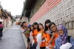 호스텔링 서울 프로그램 중 참가 청소년들이 북촌한옥마을을 답사하고 있다.