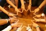 서울유스호스텔이 주관한 호스텔링 서울 참가한 청소년들이 프로그램 중 하나인 몸짓으로 표현하기에서 하나됨을 나타내고 있다.