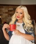 KFC, 피자헛(Pizza Hut), 타코벨(Taco Bell)의 모회사인 얌브랜즈(Yum! Brands)는 수 차례 그래미상을 석권한 세계적 수퍼스타 크리스티나 아길레라(Christina Aguilera)와 함께 '빨간 컵을 건네 주세요'(Pass The Red Cup)라는 타이틀로 연례 '세계기아해방캠페인'을 전개한다고 발표했다. 세계적으로 8억 5000만 명에 육박하는 사람들이 굶주림에 고통받고 있다. 아길레라는 SNS채널을 통해 캠페인(...