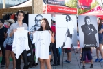 지난 해 KCON 2013에 참여한 LA 현지 고객들이 CJ오쇼핑이 후원한 디자이너들의 사인 티셔츠를 들고 포즈를 취하고 있다.