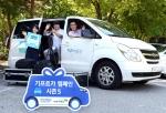 기프트카 시즌3를 통해 창업지원을 받아 영상제작 회사를 성공적으로 운영중인 김종성 대표(가운데)와 초록우산 어린이재단 직원들이 기프트카 시즌5의 성공을 응원하는 모습이다.