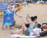 듀렉스 관계자와 서포터즈들이 광안리 해변에서 안전수칙을 알리고 있다.