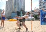 듀렉스가 진행하는 안전한 듀렉스 안전한 해변 캠페인에서 피서객들이 림보 게임을 즐기고 있다.