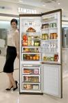 삼성전자 모델이 11일 삼성 디지털프라자 강남본점에서 1인 가구의 라이프 스타일을 고려한 맞춤형 상냉장 하냉동 냉장고 삼성 슬림스타일을 소개하고 있다.