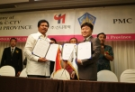 신나래텍 김건호 대표(오른쪽)와 이끄뚯수디끄르타 인도네시아 발리 주정부 부 주지사(왼쪽)가 인프라구축사업을 위한 양해각서를 체결했다.