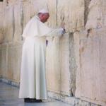 이스라엘 예루살렘 서쪽 성벽(통곡의 벽)에서 기도하는 프란치스코 교황의 모습