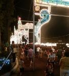 동물원 야간개장을 찾은 방문객들이 루미나리에를 감상하고 있다.