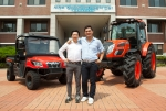 이번에 트랙터를 이용해 전국 일주에 도전하는 한농대 김선도(좌측), 남광민(우측) 학생이 기념촬영을 하고 있다.