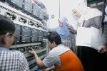 LG CNS가 국내 최초로 개발된 크로스벨트 소터 솔루션 비바소터를 적용, 말레이시아 최초 자동 물류처리센터를 구축한다. 말레이시아 포스라쥬 관계자들이 물류처리 제어패널을 테스트하고 있다.