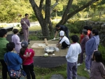 선마을에서 추석 떡메치기 행사가 진행되고 있다.
