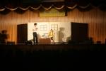 청소년들이 자살예방연극을 관람하고 있다.