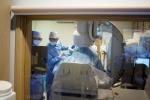 혈관조영장비를 통해 정계정맥류 색전술을 시술하고 있다.