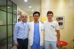 정계정맥류 색전술 시술을 받은 러시아인 환자와 민트영상의학과 김재욱 원장이 기념촬영을 하고 있다.